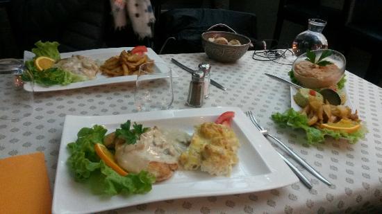 Blanc De Poulet Grille Sauce Creme Et Champignons Et Gratin Choux