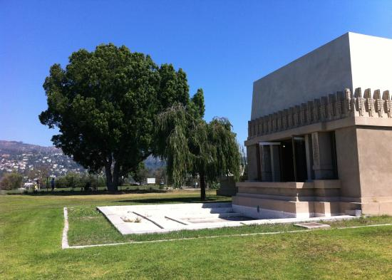 Hollyhock House: View toward the side