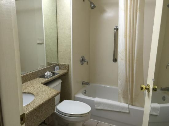 Comfort Inn: Bathroom.