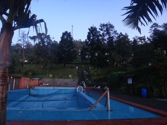 Puncak Pass Resort: Kolam renang dewasa yang masih direnovasi