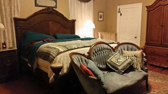 Captain's Castle and Carriage House Inn : Heritage Room - so big the king bed looks small!