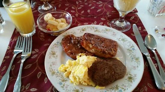 Captain's Castle and Carriage House Inn : Breakfast - Pecan Praline French Toast