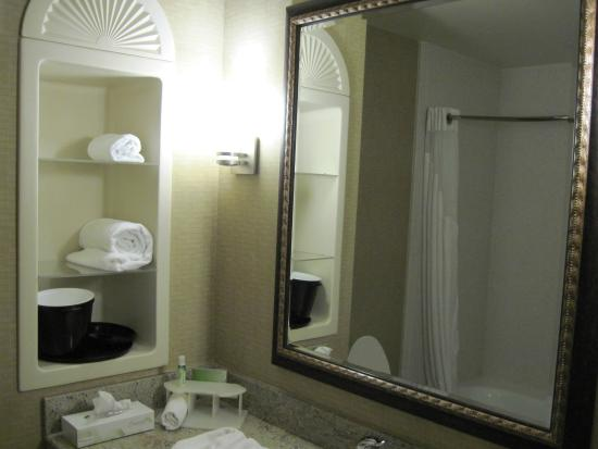 Holiday Inn Express Hotel & Suites Frazier Park: Spacious bathroom with good towels