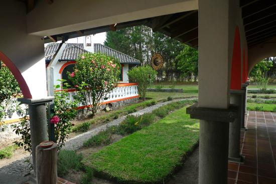 Hosteria San Carlos Tababela: Manicured walkway and well cared for gardens