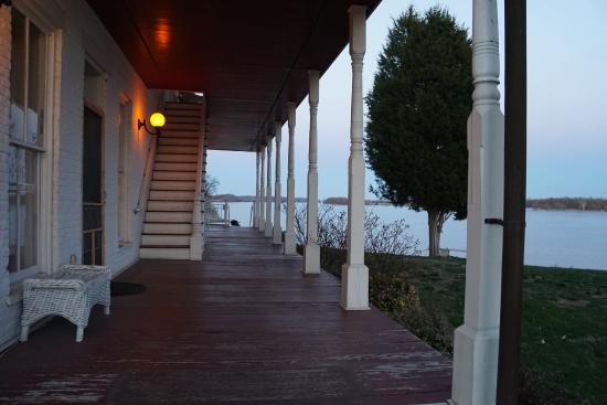 Historic Rose Hotel: The rear verandah with views of the Ohio River