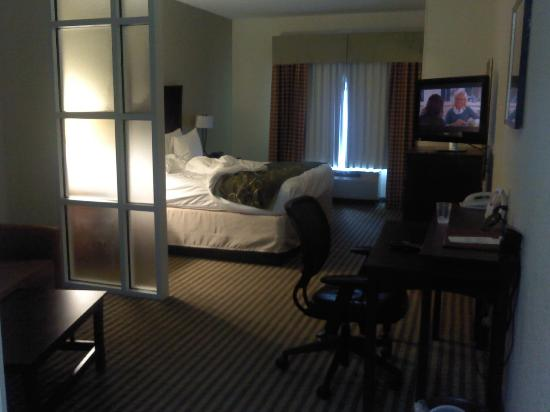 Comfort Suites: Bedroom, desk, sofa area