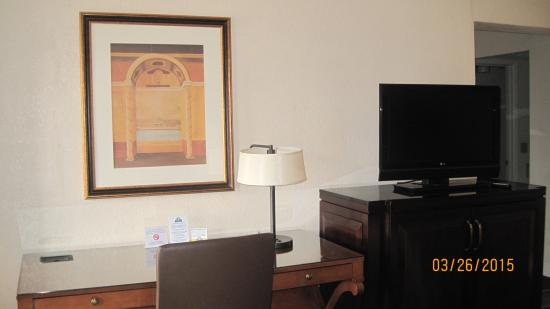 Days Inn & Suites Dayton North: Deluxe Room Desk and TV