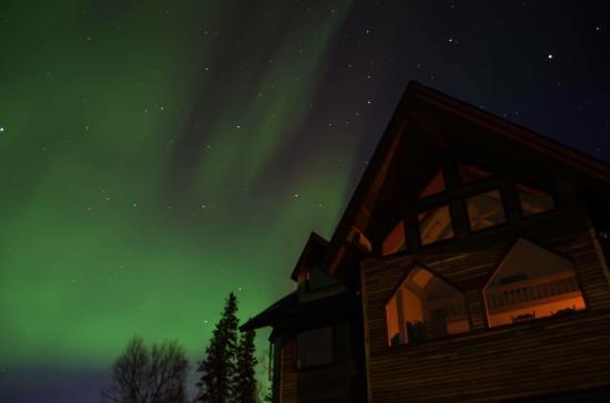 Denali Overlook Inn: Gorgeous light show over the Inn.