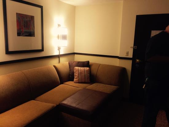 Hyatt Place Overland Park/Convention Center : Corner couch has a hide a bed