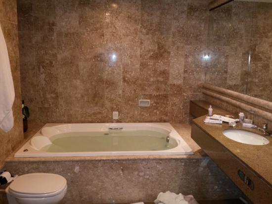 Banheiro amplo com banheira e chuveiro maravilhosos  Foto de Hot -> Banheiro De Hotel Com Banheira