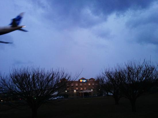 Comfort Inn At LaGuardia Airport: Landing Airplane Near Comfort Inn At La Guardia
