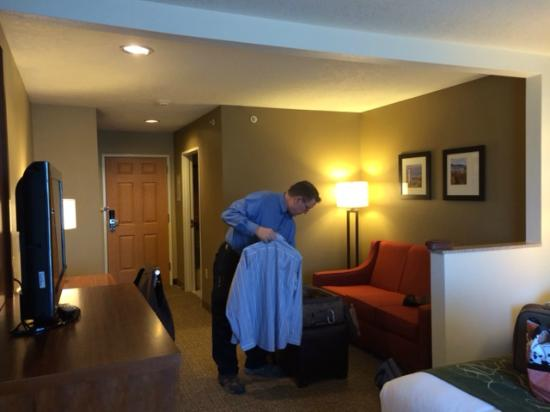 Comfort Suites Airport: Love seat and TV area