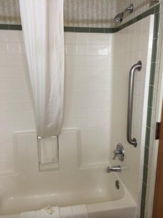 Comfort Suites Airport: Shower
