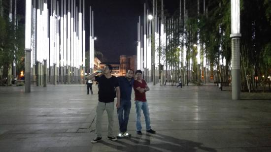 Luces fotograf a de plaza cisneros medell n tripadvisor - Libreria de luces ...