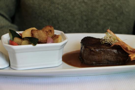 Les Agassins Restaurant: pavé boeuf avec fois gras et petits légumes