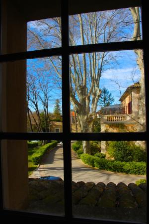 Les Agassins Restaurant: vue de l'étage sur une partie du jardin