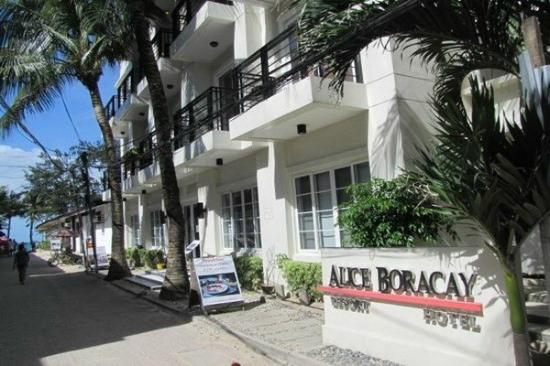Alice in Wonderland Beach Resort: location to the beach