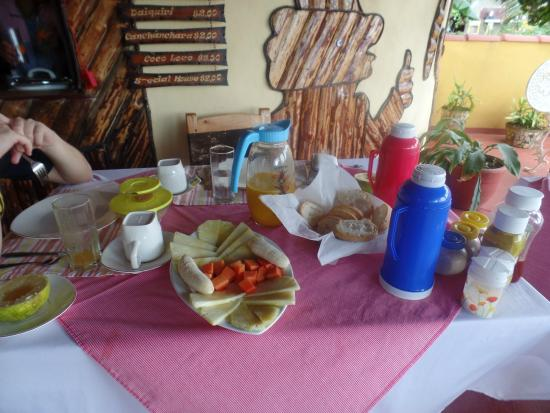Villa Jorge y Ana Luisa: Desayuno para dos personas: Termo de café,  termo de leche, té, jugo natural, huevos,etc
