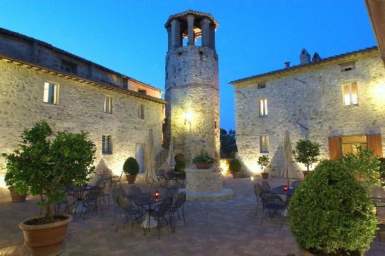 Solfagnano, Italien: Pieve San Qurico castle (main villa)