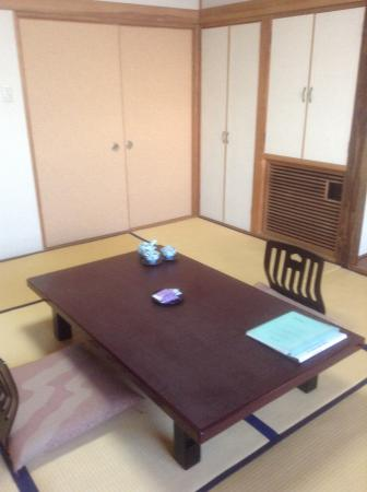 Hotel Mifujien: Bedroom before futons laid out