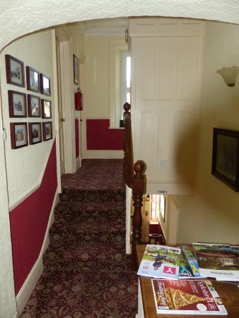 Cornlee Bed & Breakfast: Upper Hallway