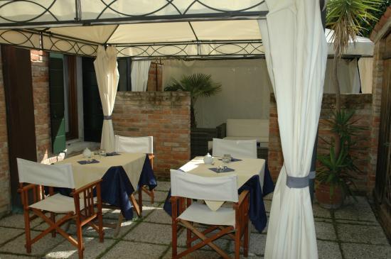 Alloggi Marinella: Colazione all'aperto