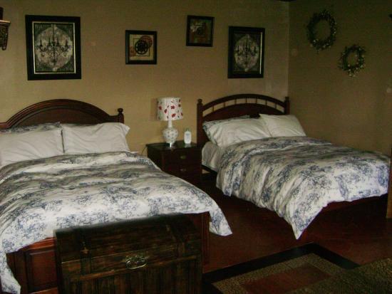 Hostal Mia Leticia: Habitación cómoda y amplia con baño privado.