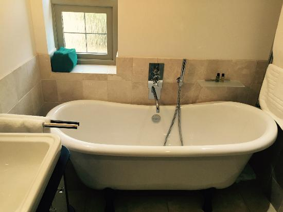 The Maytime Inn : Ensuite Bath Tub, very high standards of decor