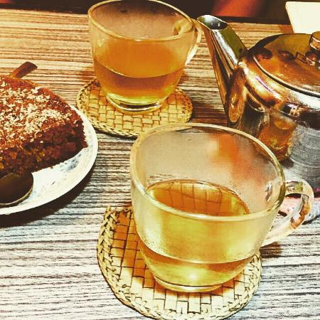 Woeser Bakery: Jasmine tea and carrot cake