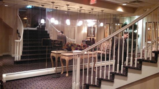Crystal Point Inn: Main Staircase