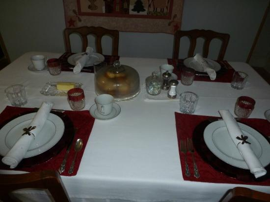 Cadiz Street Bed and Breakfast: Beautifully set table with hot scones or muffins that greeted us each morning.