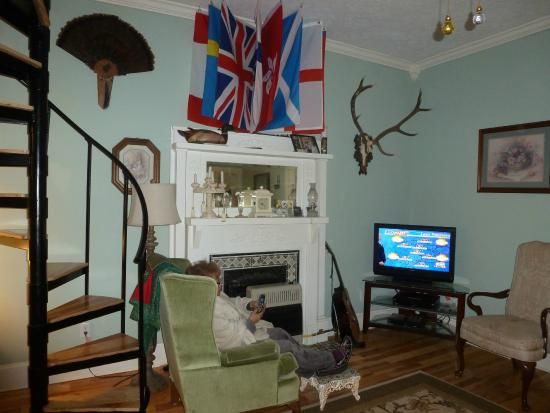 Cadiz Street Bed and Breakfast: Living room with flags of different visitor's countries.  Their flag is flown out front.