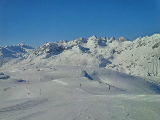 Hotel Kristberg: A sample of the view from the top of the main mountain in Lech-Zurs.