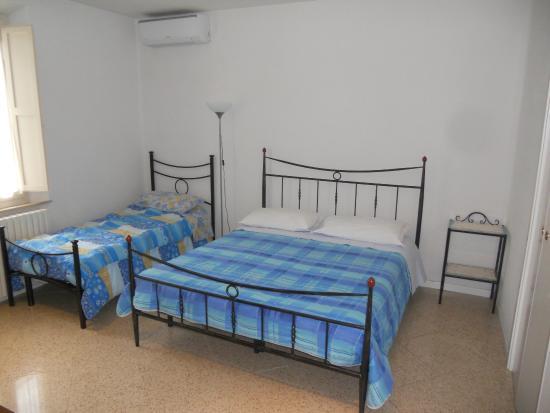 Zona camera con letto matrimoniale e letto singolo - Foto di B&B La ...