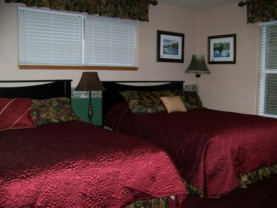 Scottsburg, Oregón: River Suite, two queen beds