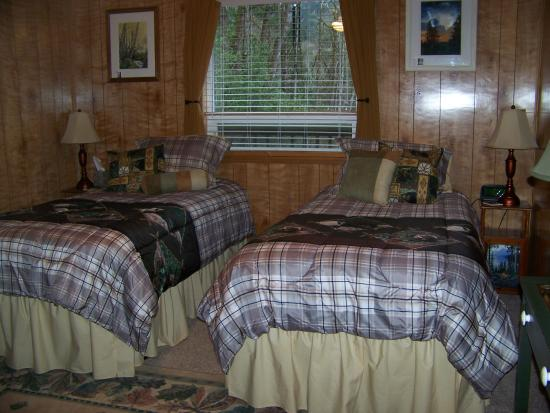 Daybreak Haven B&B: Woodland Room set-up with two twin beds