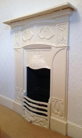 Oakfield B&B: Original fireplace in double room. Sadly decoration only.