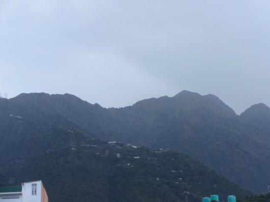 Hotel Nek Katra: Path leading to Vaishnodevi temple as seen from the hotel's courtyard