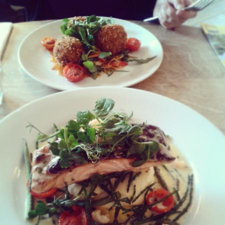 The Bucks Arms : salmon dish and thai crab cakes