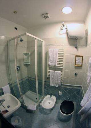 Vatican Garden Inn: Bathroom