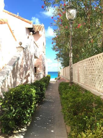 Frangipani Beach Resort: ALLEY LEADING TO BEACH