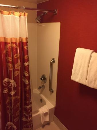Courtyard Tulsa Central : nice size shower and toilet area