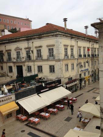 Flor da Baixa: вид из нашего номера на улицу с ресторанами