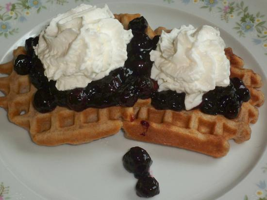 Inn on Maple Street Bed & Breakfast: Butter crisp waffles with hot blueberry sauce