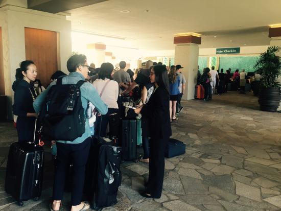 Hilton Hawaiian Village Waikiki Beach Resort: Ridiculous line at check in