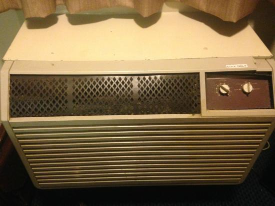 Red Roof Inn Cincinnati - Sharonville: This air conditioner was filthy