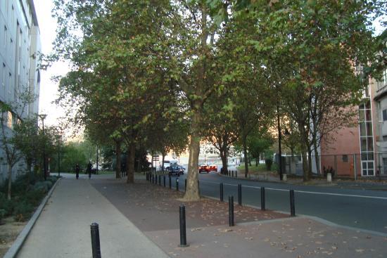 B&B Hotel Paris Malakoff Parc des Expositions : Calçada defronte ao hotel