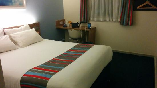 Lostock Gralam, UK: Room, bed, table