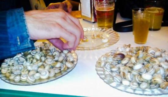 Santiponce, Испания: raciones de caracoles con cerveza