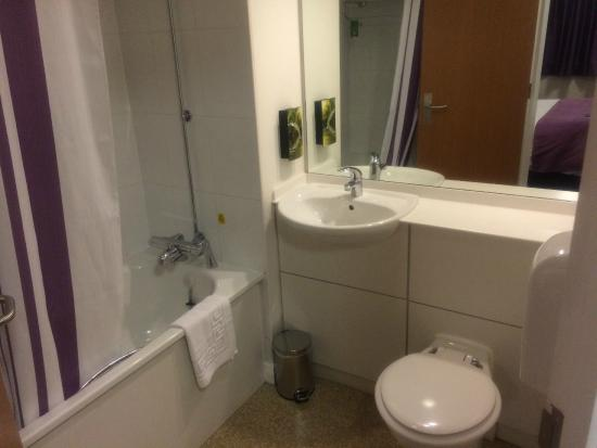 Premier Inn Glasgow Airport : Bathroom